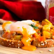 Pisto con huevo y Oroweat® 12 cereales y semillas