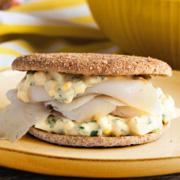 Sándwich de bacalao ahumado con picadillo clásico