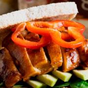 Sándwich de pollo oriental con aguacate y espinacas